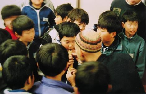 Foto haciendo probar shakuhachi a chicos en japon